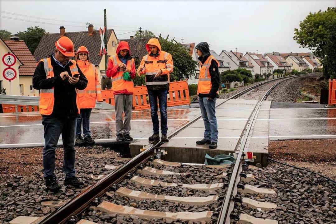 Ortstermin am Bahnübergang vor der Kur... Lärm  bei Zugdurchfahrten verringern.  | Foto: Hubert Gemmert