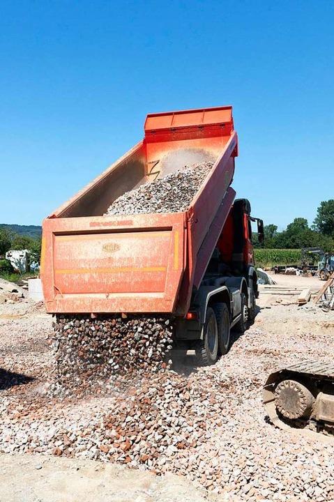 Bei Gottenheim: Ein Lastwagen bringt frischen Schotter.  | Foto: Hubert Gemmert