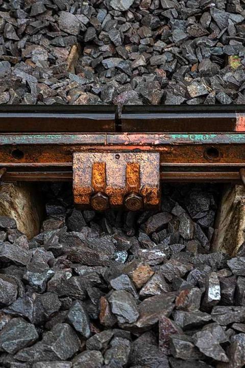 Hier muss der Schweißer ran: An dieser...Meter lange Schienenstücke aneinander.  | Foto: Hubert Gemmert