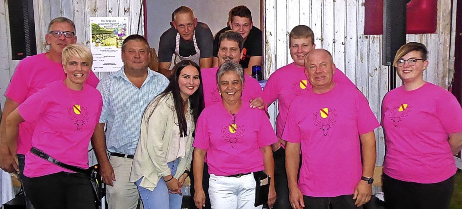 <BZ-FotoAnlauf>Brunnenfest in Raich:</...t (Mitte) mit einheitlichen T-Shirts.   | Foto: Sonja Eiche