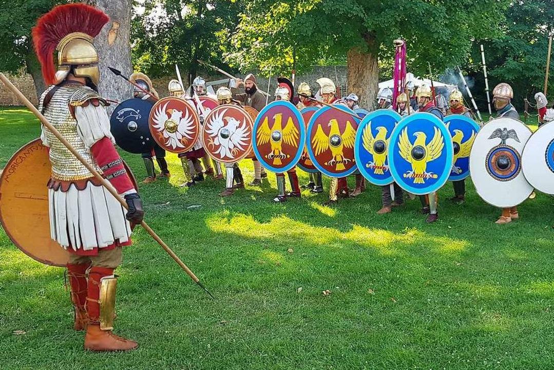 Die Gruppe Herculiani Iuniores aus dem...gerleben im 4. Jahrhundert darstellen.    Foto: Steven Cockings