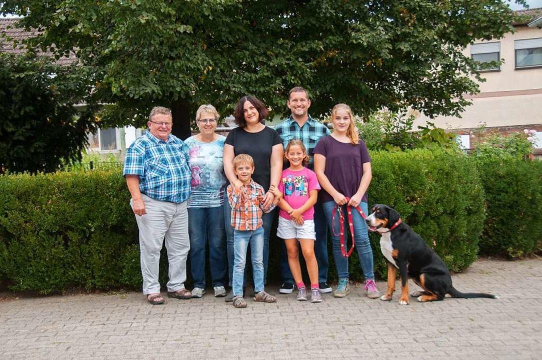 Die Familie Frenk (von links): die Sen...r Tim, Luisa und Lara mit dem Hofhund.  | Foto: Privat