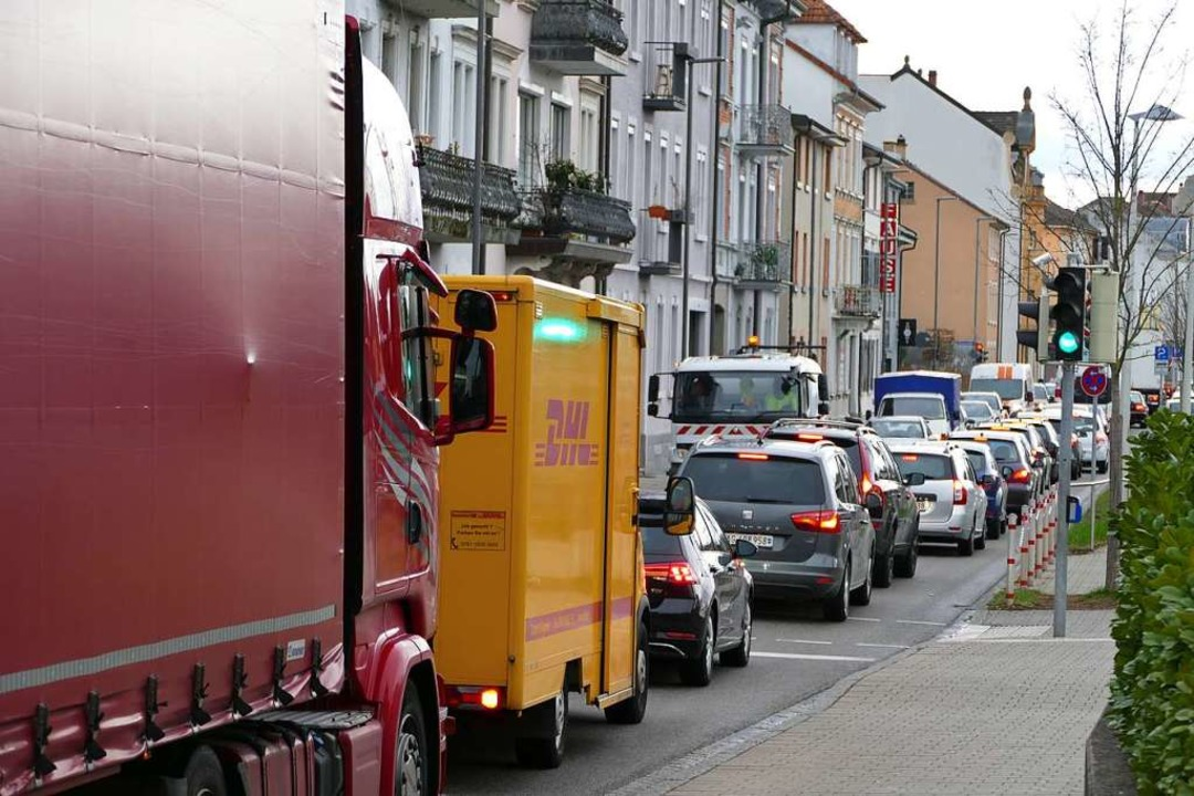Anfang März kam aufgrund eines Unfalls auf der A98 zu Staus in Lörrach.  | Foto: Peter Gerigk