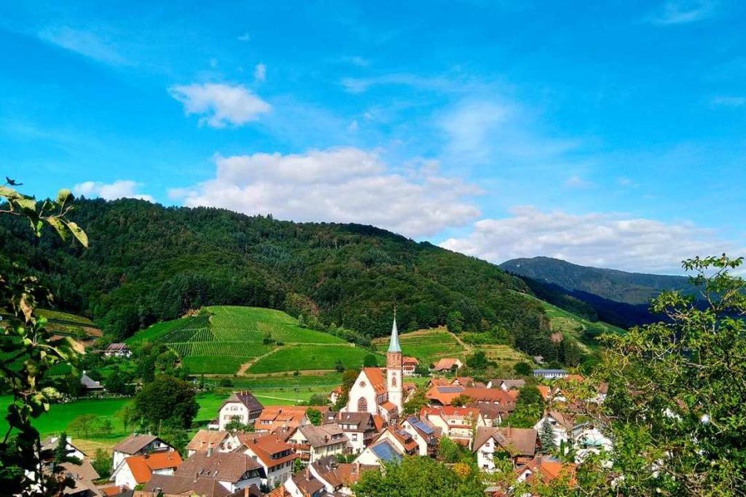 Blick auf das idyllisch gelegene Glott...gen. Im Hintergrund thront der Kandel.  | Foto: Erik Kunz
