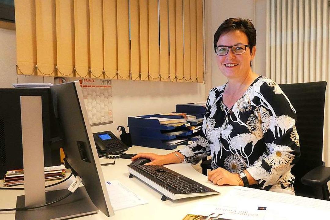 Andrea Würzburger sitzt an ihrem Schre... in der Tourist-Information Glottertal  | Foto: Erik Kunz