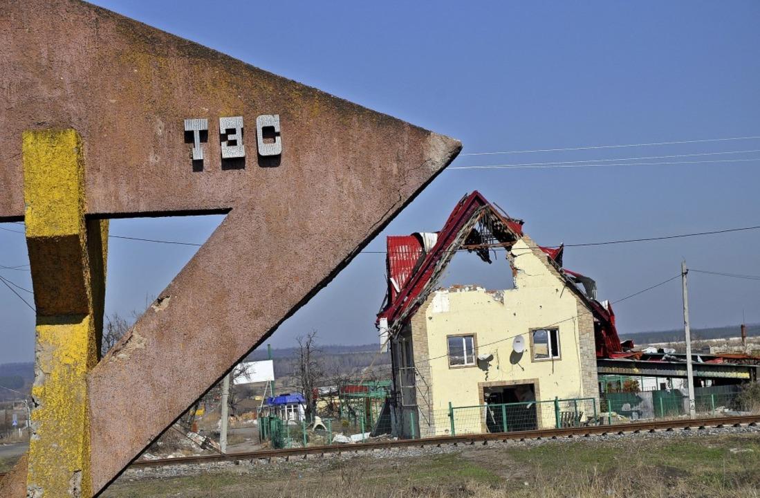 Der Krieg in der Ostukraine und seine ...n zerschossenes Haus im Dorf Slawjansk    Foto: Holger Vieth
