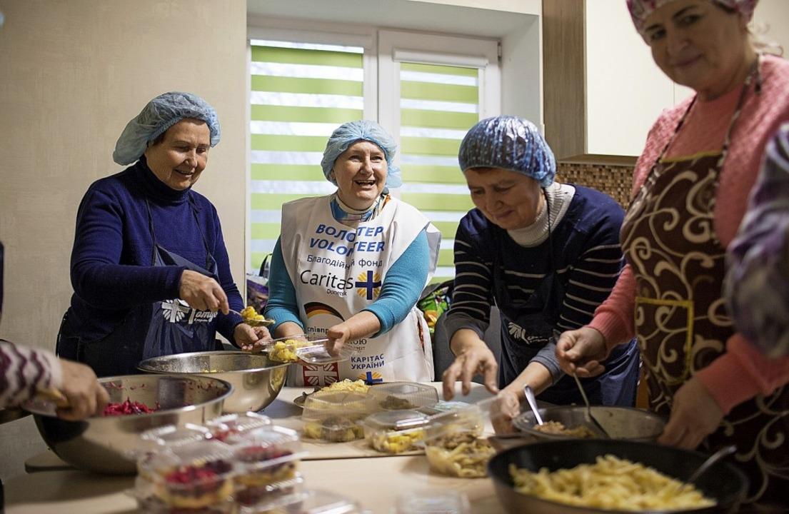 Sozialhilfe: Kochen für geflüchtete Obdachlose in einem Caritas-Zentrum     Foto: Philipp Spalek