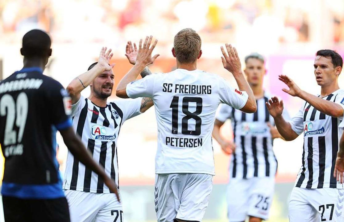 Nils Petersen wird von seinen Kollegen zum 2:1 beglückwünscht.    Foto: Friso Gentsch (dpa)