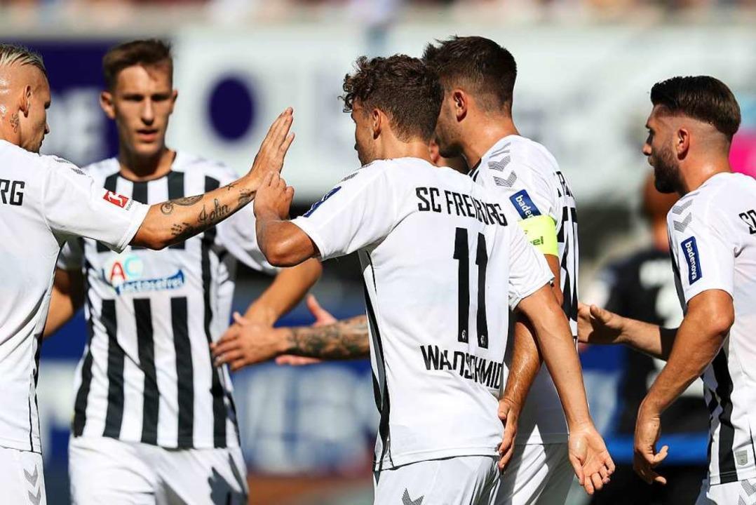 Luca Waldschmidt hat gegen Paderborn mit seinem Elfmeter die Wende eingeleitet.  | Foto: Friso Gentsch (dpa)