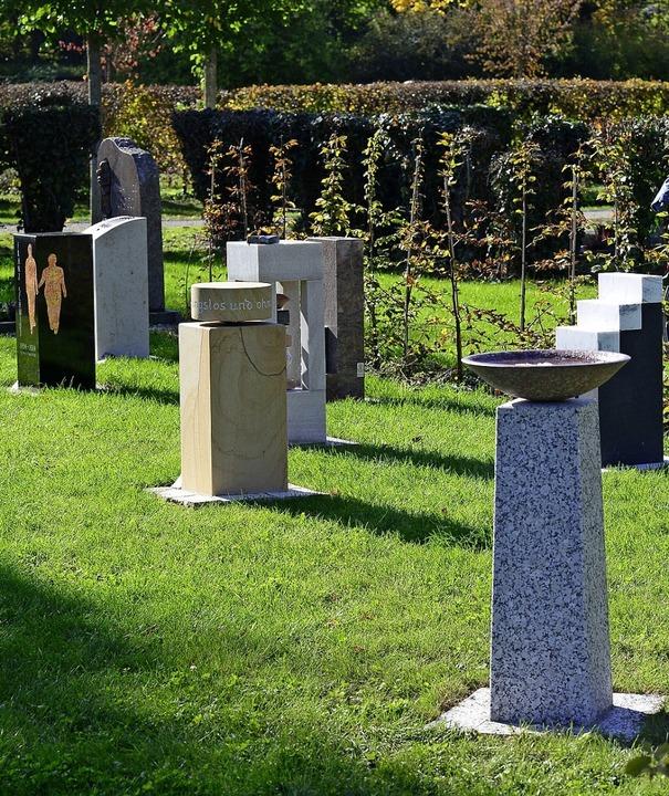 Oben: Urnenstelenfeld auf dem Hauptfri... in der Stadt ins Bewusstsein bringen.  | Foto: Ingo Schneider
