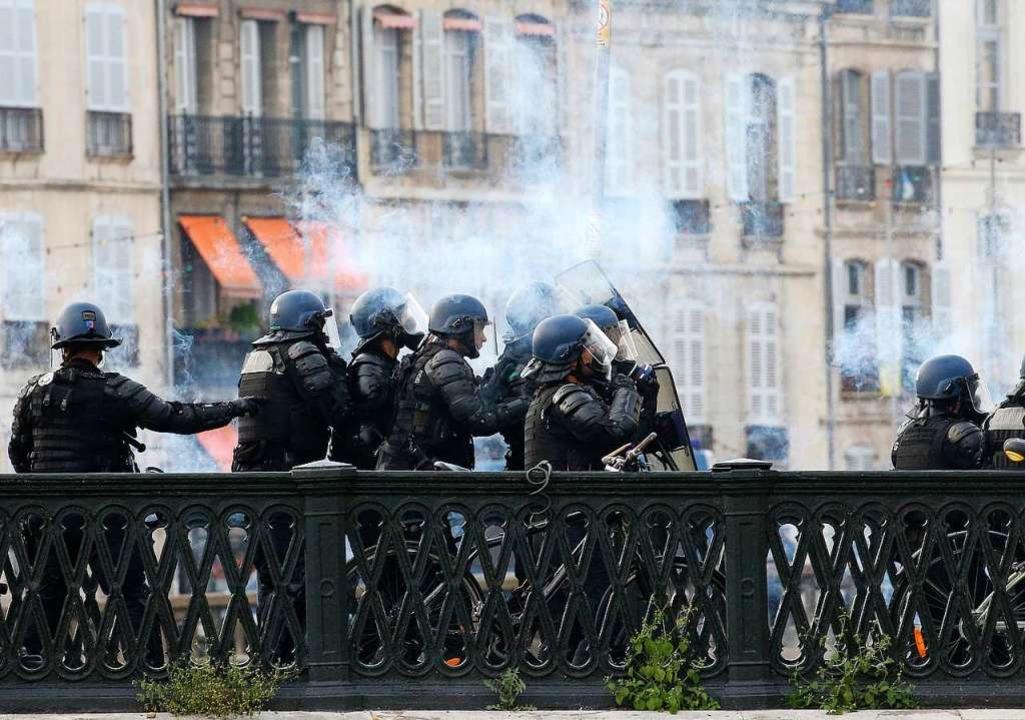 Die französische Regierung hat über 13...hrenden Industrienationen zu schützen.  | Foto: Bob Edme (dpa)