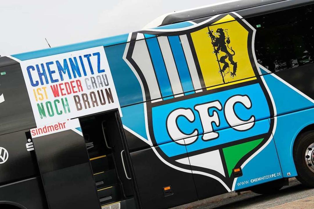 Diese Aufschrift auf dem Vereinsbus is...ittligisten Chemnitzer FC einzuwirken.    Foto: Swen Pförtner