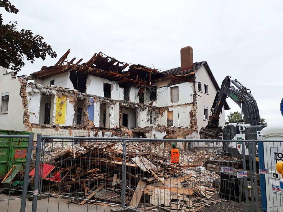 Derzeit wird das alte Gemäuer abgerissen.  | Foto: Willi Adam