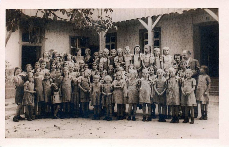 Die historische Aufnahme zeigt die Kinder mit den Hauseltern um 1900.  | Foto: Tüllinger Höhe
