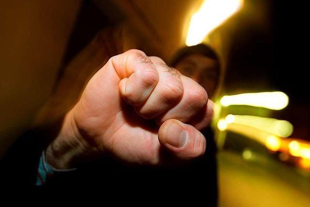 Unbekannte Täter schlagen und treten Mann bis zur Bewusstlosigkeit