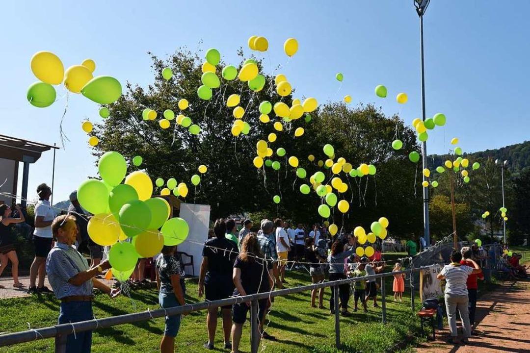 Rund 300 Ballons stiegen am Samstag in den Himmel über Herten.    Foto: Martin Eckert