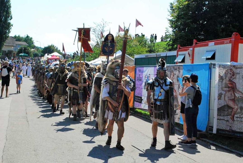 Römische Legionäre auf dem Marsch durch Augusta Raurica.  | Foto: Thomas Loisl Mink