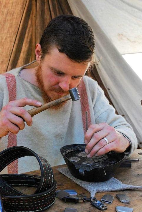 Ein Handwerker fertigt Beschläge für Gürtel.  | Foto: Thomas Loisl Mink