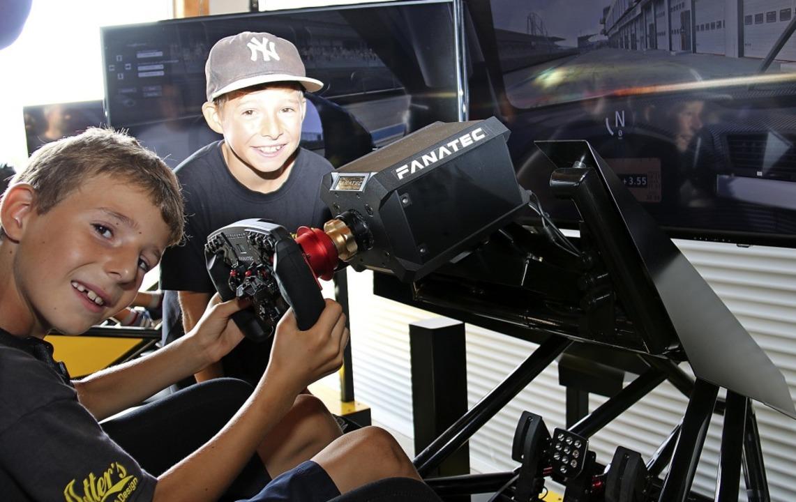 Im Simulator dürfen  schon Kinder mit ...Erwachsene mit jahrelanger Fahrpraxis.  | Foto: Dagmar Barber