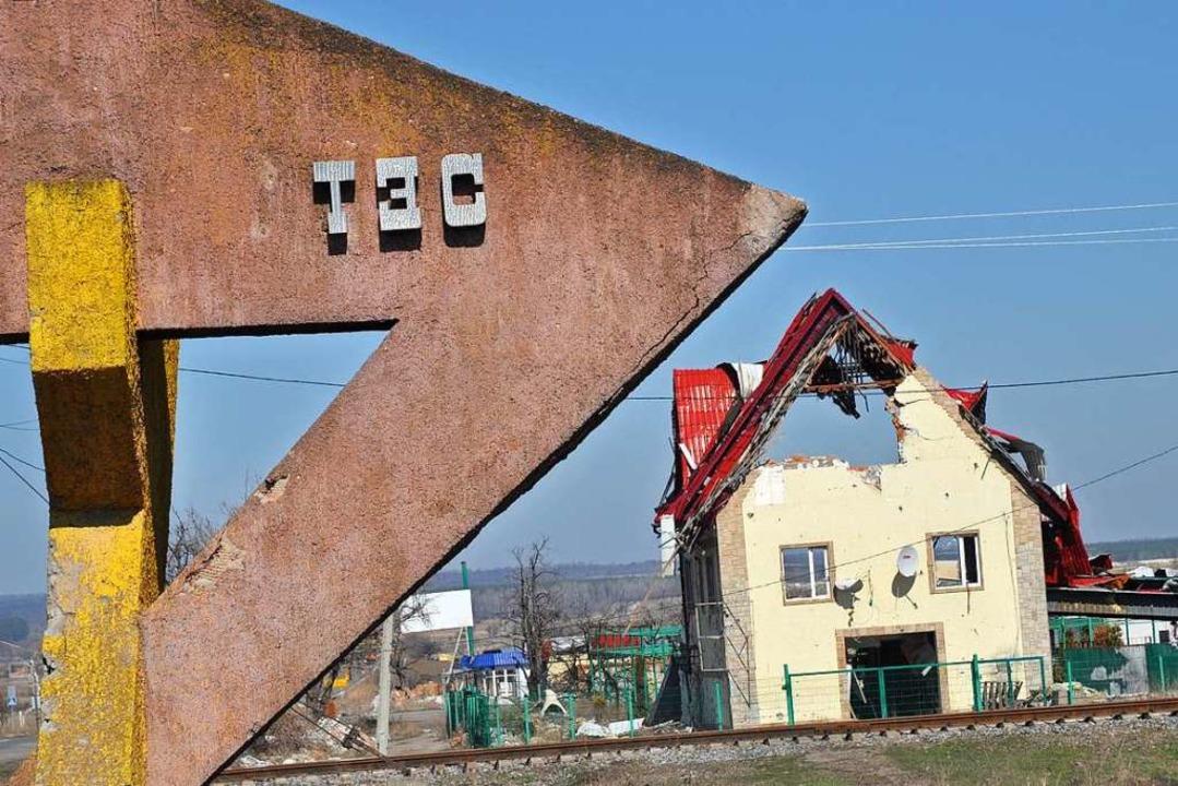 Der Krieg in der Ostukraine und seine ...n zerschossenes Haus im Dorf Slawjansk  | Foto: Holger Vieth
