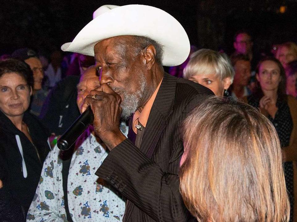 Urgestein der Chicagoer Blues-Szene: T...r wieder die Nähe der Konzertbesucher.  | Foto: Paul Eischet