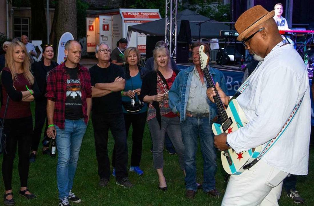 Bluesstar ohne Berührungsängste: Toron...ei einem seiner Songs unters Publikum.  | Foto: Paul Eischet