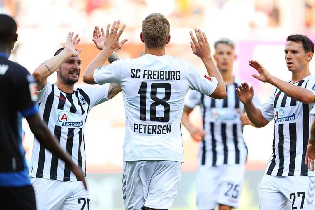 Hände hoch zum Jubeln: Nils Petersen w...zwischenzeitlichen 2:1 beglückwünscht.  | Foto: Friso Gentsch (dpa)