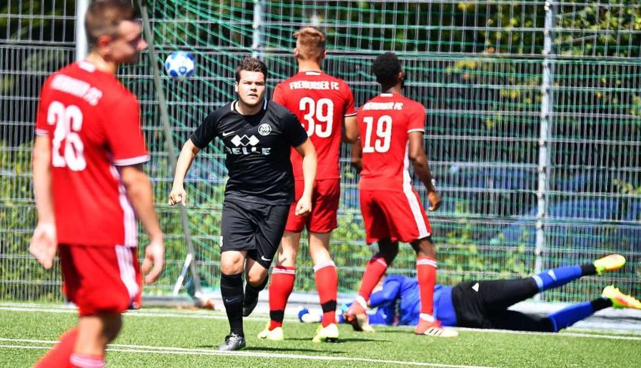 Der Wyhler Hendrick Hanselmann (Zweite...ch seinem Treffer zum 3:1 beim FFC ab.  | Foto: Achim Keller