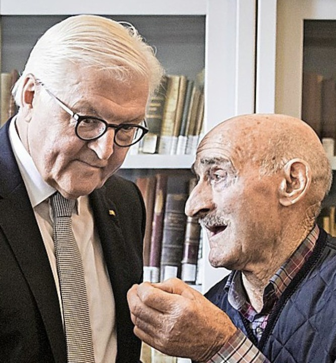Bundespräsident Steinmeier (l.) mit einem Überlebenden der Massaker  | Foto: Sandra Steins (dpa)