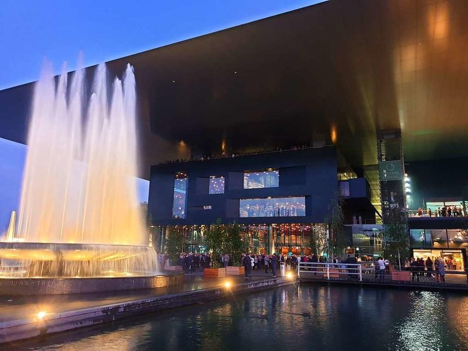 Leuchtend in der  Dämmerung: Die Fontäne vor dem Konzerthaus Luzern  | Foto: Alexander Dick