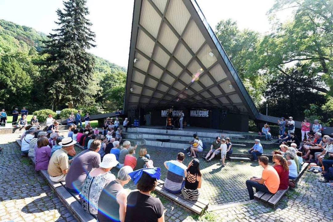 Straßenmusik im Musikpavillon.  | Foto: Rita Eggstein