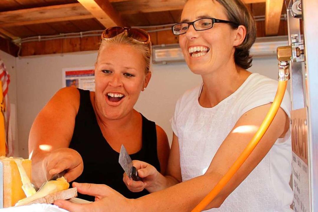 Deftig aufgetischt: Die Arbeit am  Raclettestand macht Spaß.  | Foto: Reinhard Cremer