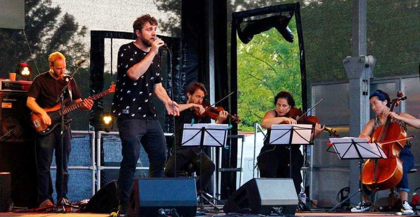Gaben alles: Die Band Otto Normal mit ...lin und das Streicherensemble Audagio.  | Foto: Heidi Fößel