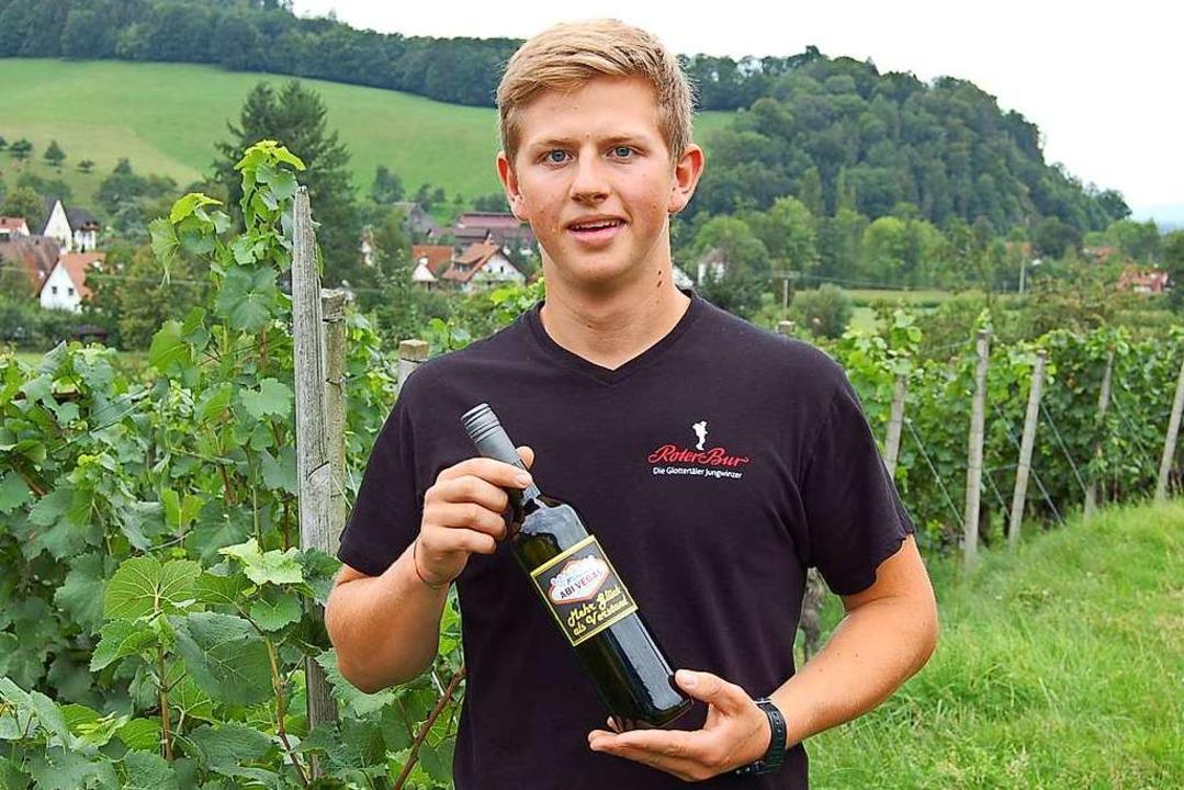 Stolz präsentiert Jungwinzer Valentin ...-Wein – ein Weißherbst Kabinett.  | Foto: Christian Ringwald