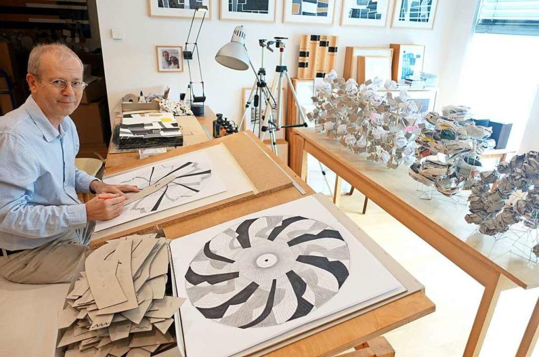 Gerd Jansen gab beim Tag des offenen A...eue Collagen, Zeichnungen und Objekte.  | Foto: Roswitha Frey