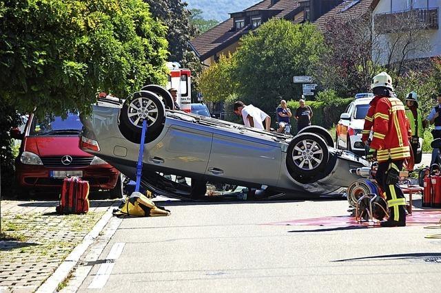 Auto landet in einer Tempo-30-Zone auf dem Dach
