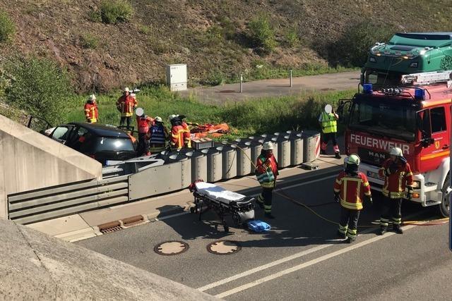 Autofahrerin prallt mit Mercedes gegen Tunnelportal und wird schwer verletzt
