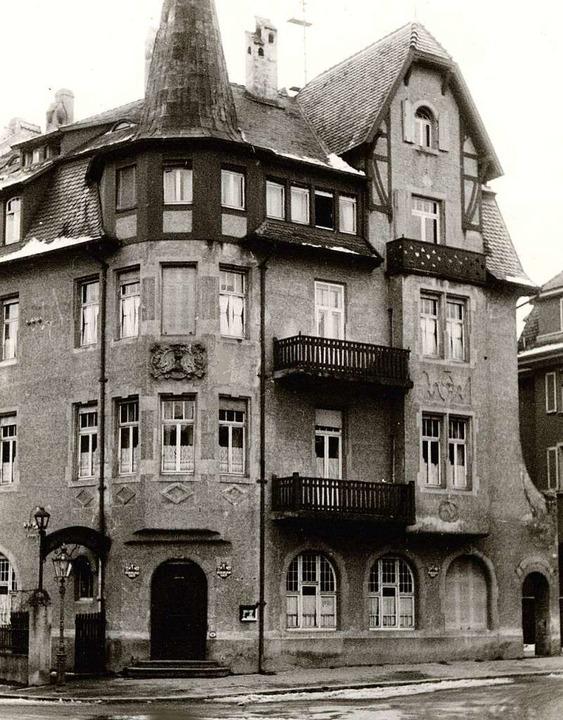 Die Eichhalde nach dem Zweiten Weltkrieg mit dunkler Fassade.  | Foto: Archiv Hans Sigmund
