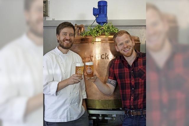Zwei Freunde machen ihr eigenes Bier