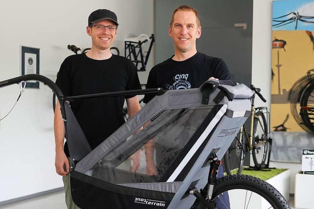 Damian Bradley und Oliver Römer von To...ihren  geländetauglichen Rad-Anhänger.    Foto: Jannik Jürgens