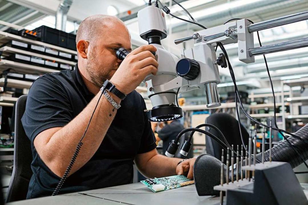 Ein Mitarbeiter von FSM in Kirchzarten...rolle eines Batteriemanagementsystems.    Foto: Philip Schuler