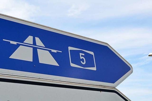 Nackter Mann steht zwischen Bad Krozingen und Freiburg an der Autobahn
