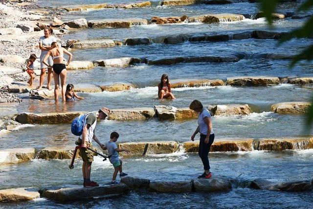 Freiburger benutzen neue Fischtreppe in der Dreisam zum Planschen