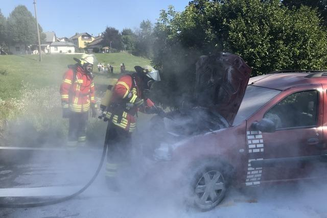 Fahrzeug fängt nach Zusammenstoß Feuer