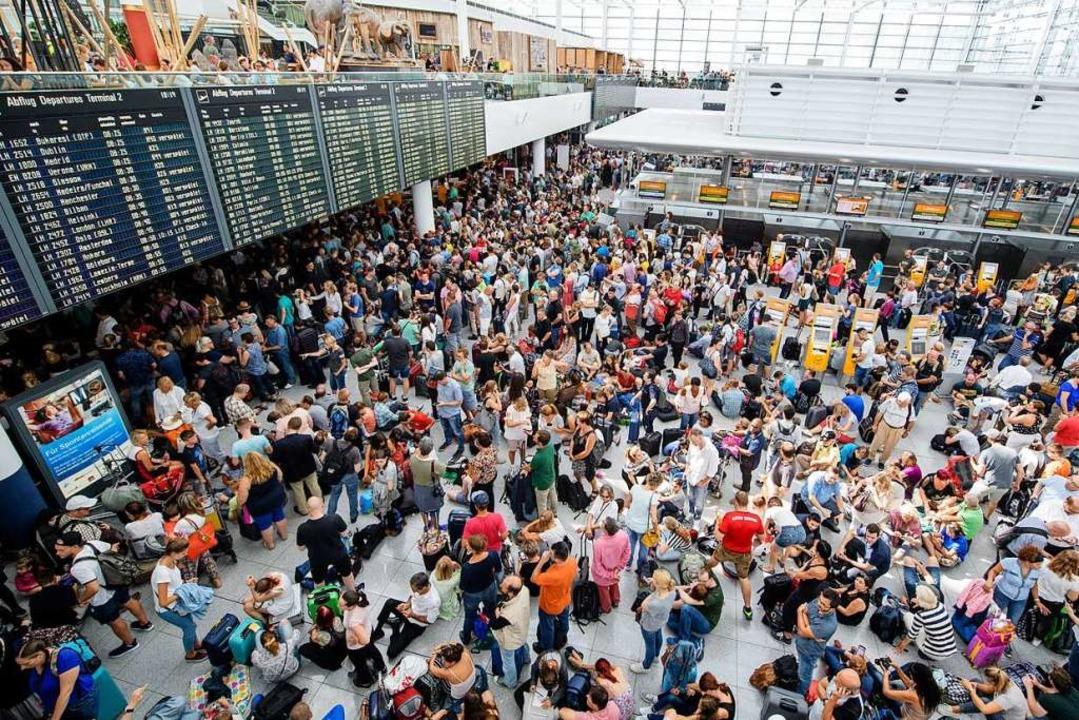 Wimmelbild: Am Münchner Flughafen herrscht am Dienstag Ausnahmezustand.  | Foto: Matthias Balk (dpa)