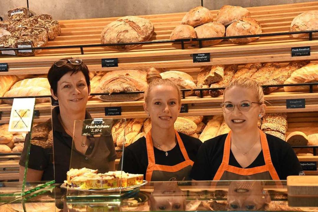 Bettina Paul, Janie Riedel und Jessica...rotz Enge im kleinen Laden gute Laune.  | Foto: Kathrin Ganter