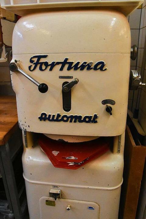 Mit dieser Maschine werden Brötchen geformt.  | Foto: Kathrin Ganter