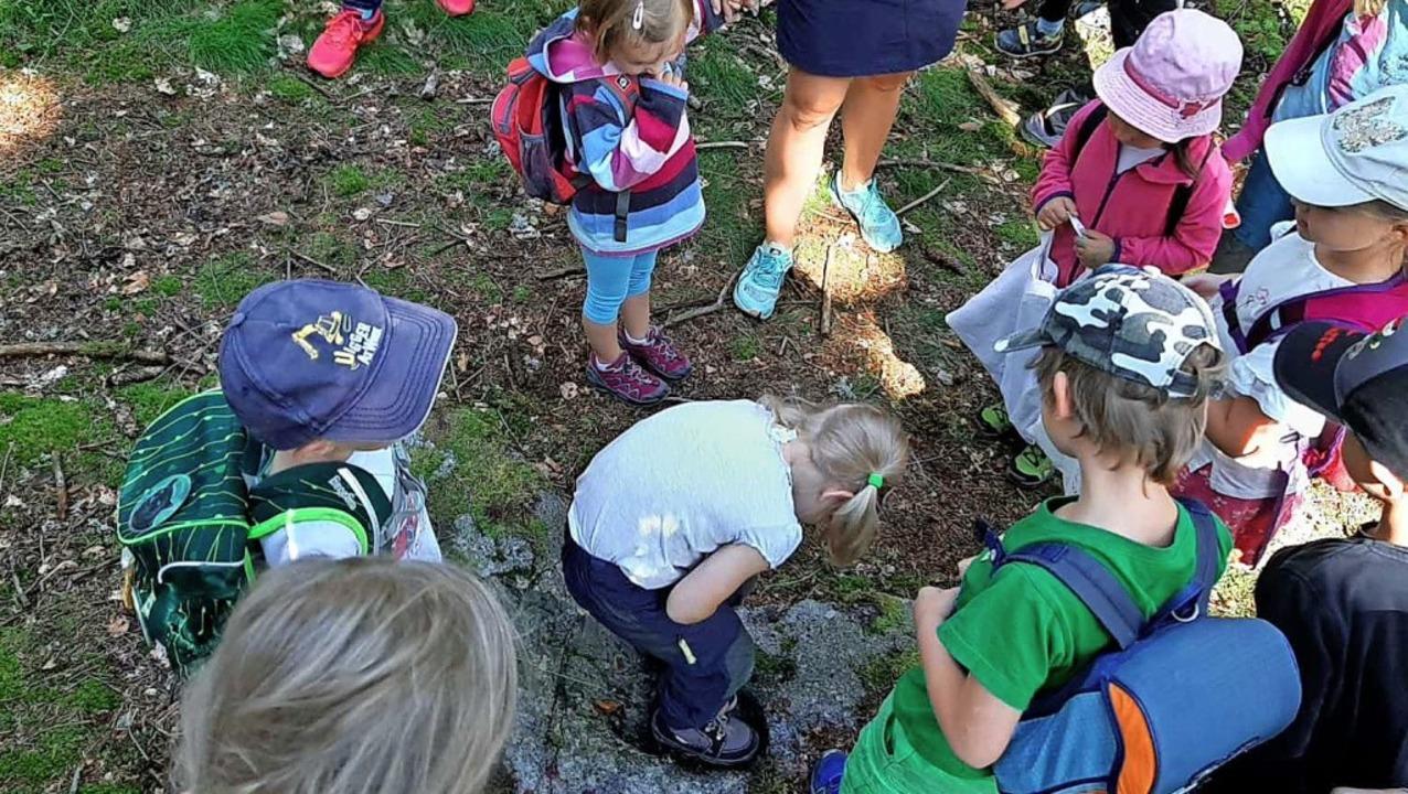 Einen riesigen Fußabdruck hat der Hotzenwaldriesen in einem Stein hinterlassen.  | Foto: privat