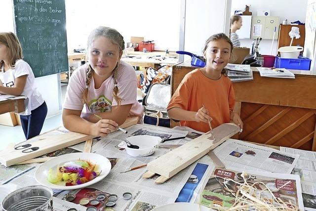 Kinder basteln und bemalen Holztiere