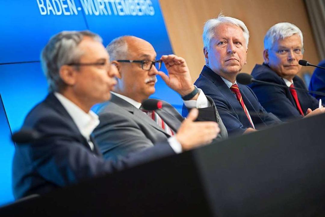 Gerhard Schneider,  Bastian Kaiser, Be...ert (v.l.n.r.) auf der Pressekonferenz  | Foto: Sebastian Gollnow (dpa)
